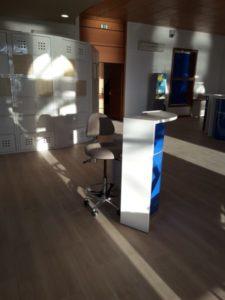 AURE-II-SIEGES-KHOL-AMENAGEMENT-OFFICE-DE-TOURISME-DU-GRAU-DU-ROI-20160123_164757-réduite-e1469527972456-225x300 Office du tourisme du Grau du Roi : les sièges assis-debout AURE II avec repose-pieds pour les banques d'accueil du public