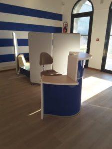 AURE-II-SIEGES-KHOL-AMENAGEMENT-OFFICE-DE-TOURISME-DU-GRAU-DU-ROI-20160123_164815-réduite-e1469527946114-225x300 Office du tourisme du Grau du Roi : les sièges assis-debout AURE II avec repose-pieds pour les banques d'accueil du public