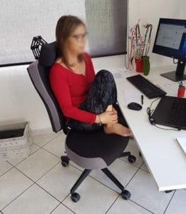 """LYDIE-L-à-lutilisation-posture-lotus-sur-fauteuil-NANTUCKET-SIEGES-KHOL-2-261x300 """"Une équipe extraordinaire et à l'écoute"""""""